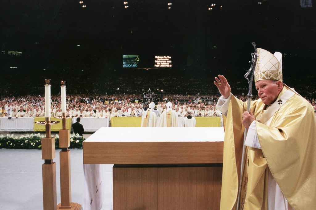POPE BLESSES CROWD IN ST. LOUIS IN 1999