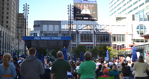 "More than 400 people showed up at an Archdiocese of Cincinnati ""watch party"" on Cincinnati's Fountain Square to see Pope Francis address Congress on Sept. 24. (CT Photo/John Stegeman)"