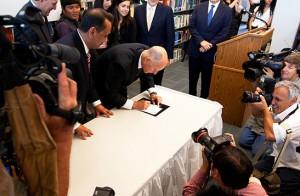 California Gov. Jerry Brown signs a bill into law July 25, 2011. (CNS photo/Victor Aleman, Vida Nueva)