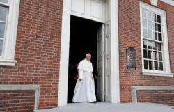 Pope Francis walks from Independence Hall to deliver an address in Philadelphia Sept. 26. (CNS photo/Paul Haring)