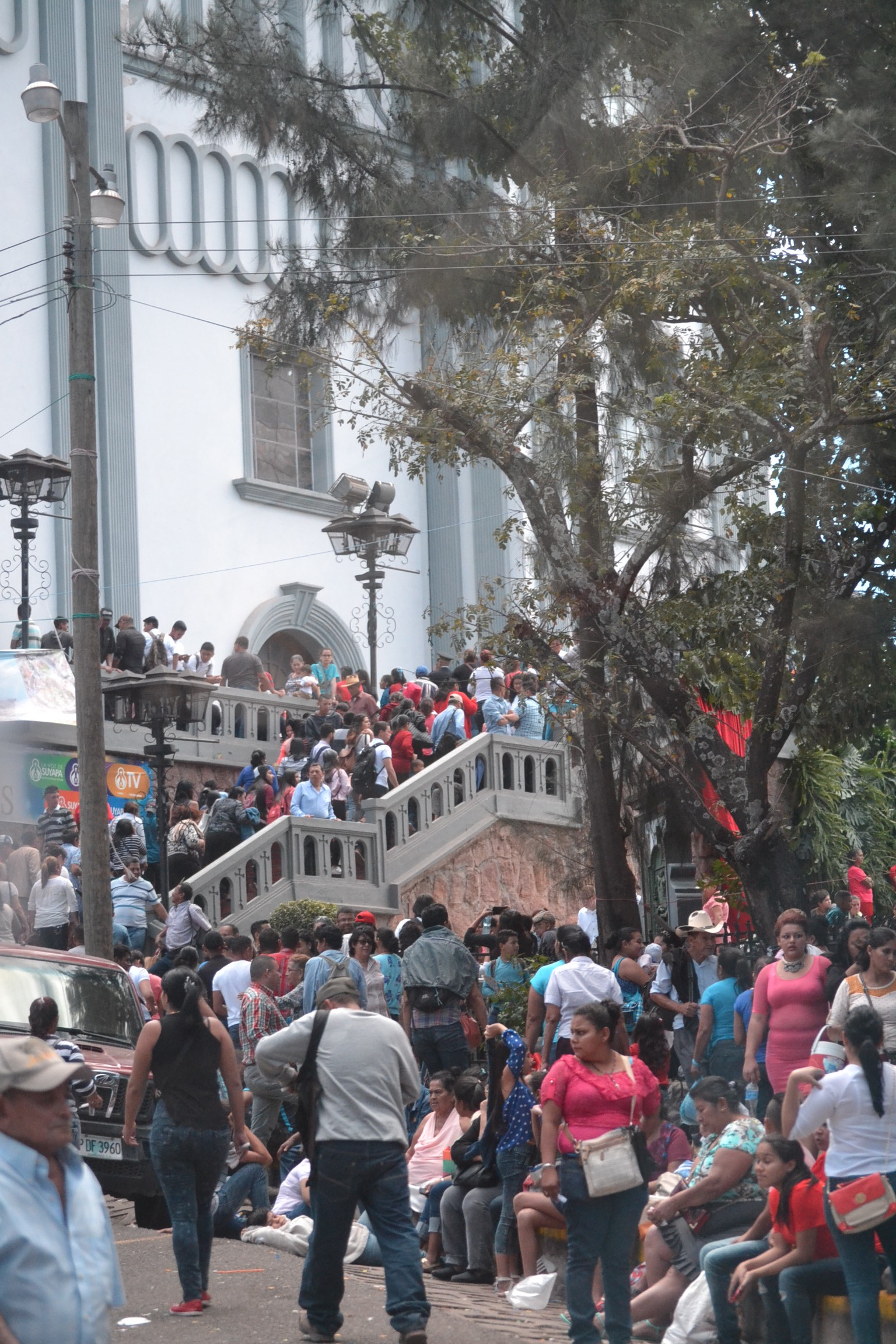 Crowd awaiting Mass in Honduras. (CT/Photo by Gail Finke)