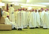 A Dominican addresses dozens of bishops waiting for Mass to begin (CT Photo/Gail Finke