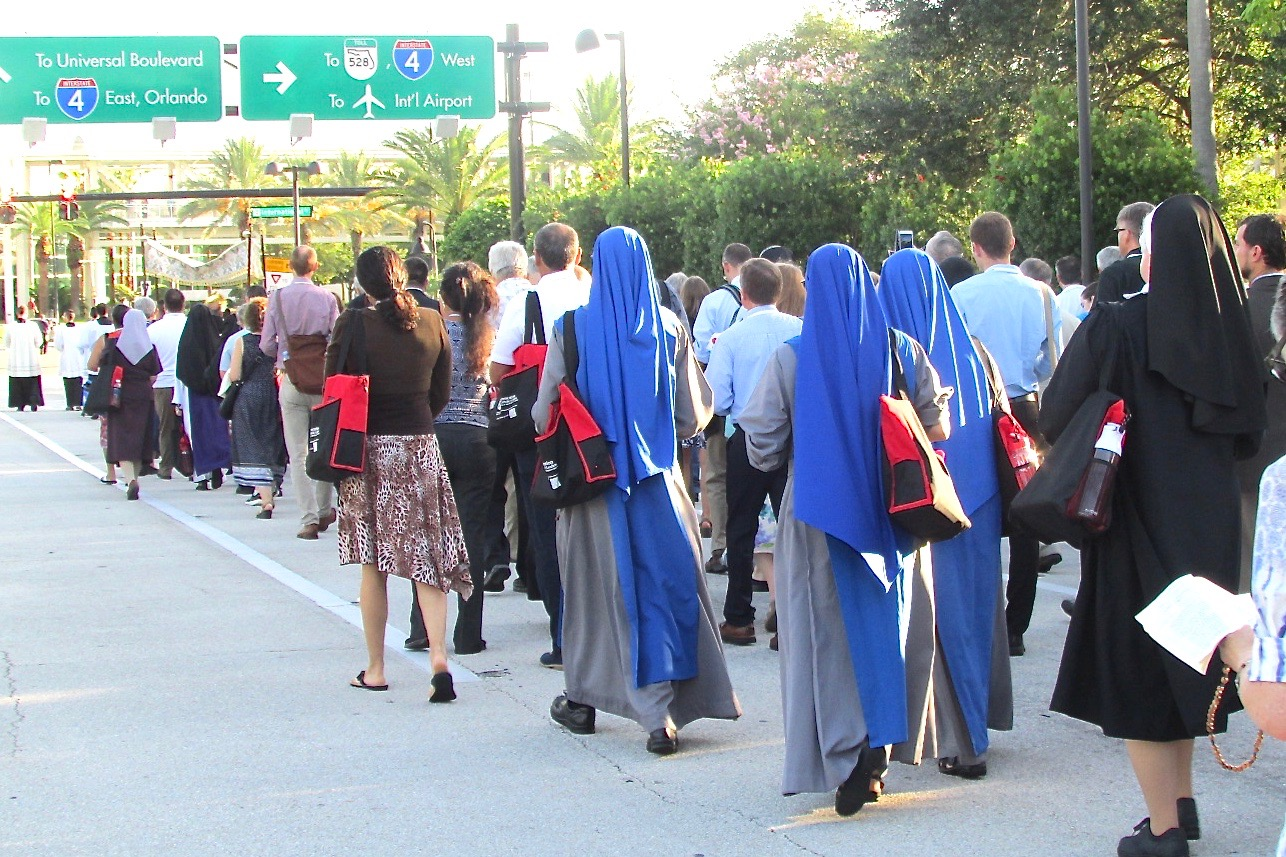 Hundreds of people fanned out on the pavement at the beginning of the Eucharistic procession route, kneeling when the procession passed them and then standing to join in until all the participants were walking the one-mile route. (CT Photo/Gail Finke)