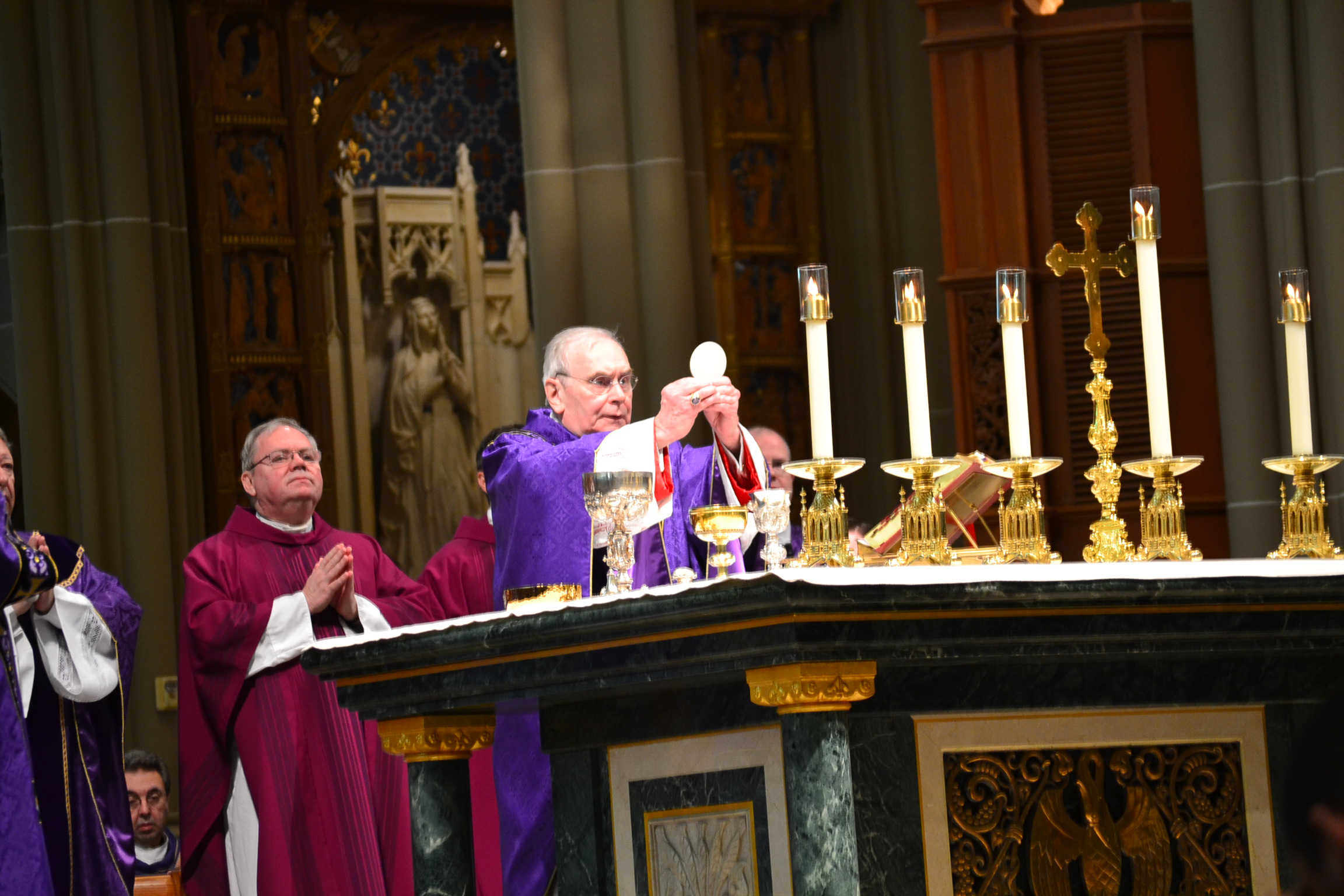 During Eucharistic Prayer at the Cathedral Basilica in Covington (CT Photo/Greg Hartman)