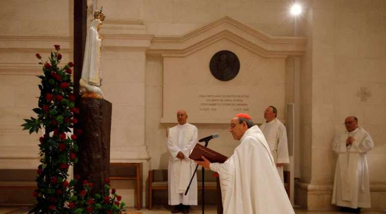 Cardinal Antonio Marto makes the consecration prayer before the Virgin of Fatima in Portugal. Credit: Shrine of Our Lady of Fatima