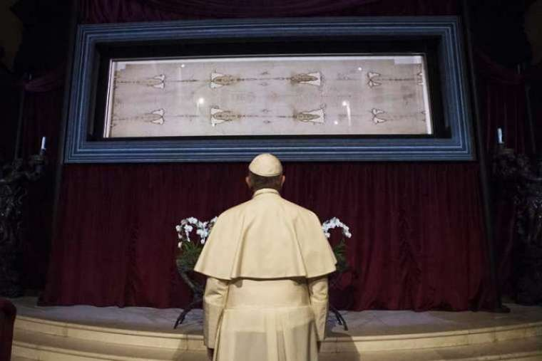 ope Francis with the Shroud of Turin in the Cathedral of Saint John the Baptist, Turin on June 21, 2015. Credit: Vatican Media